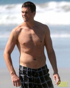 tom-brady-goes-shirtless-for-costa-rica-beach-stroll-02